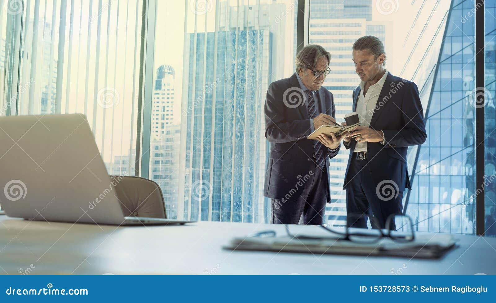 Hombres de negocios que discuten en la oficina