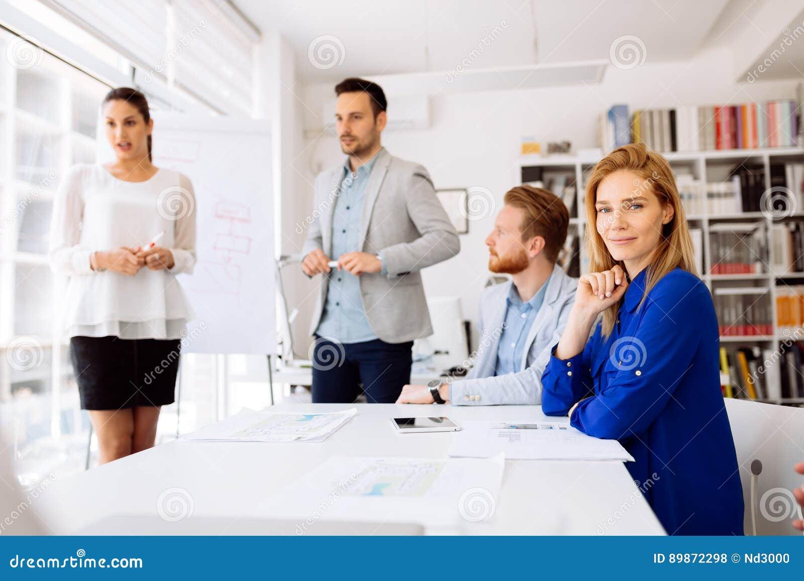 Hombres de negocios que discuten los planes futuros