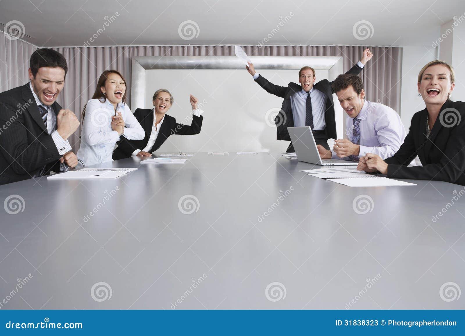 Hombres de negocios que disfrutan de éxito