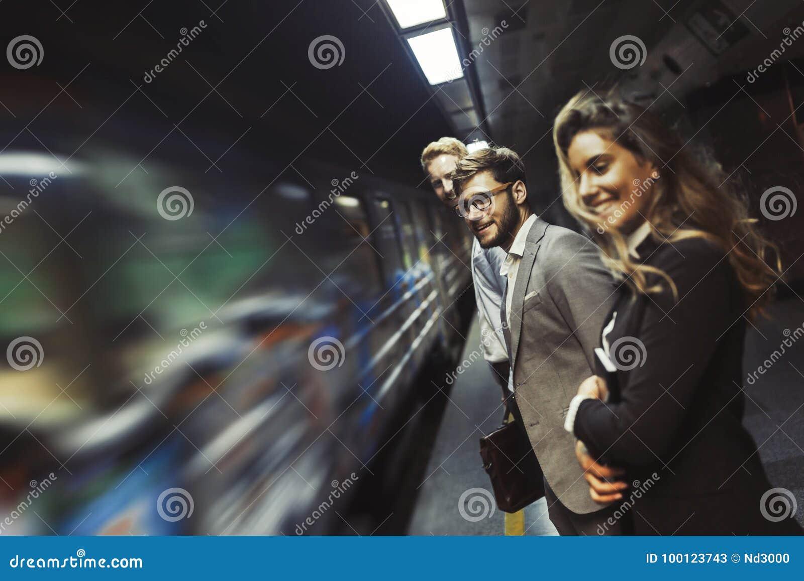 Hombres de negocios que esperan el subterráneo