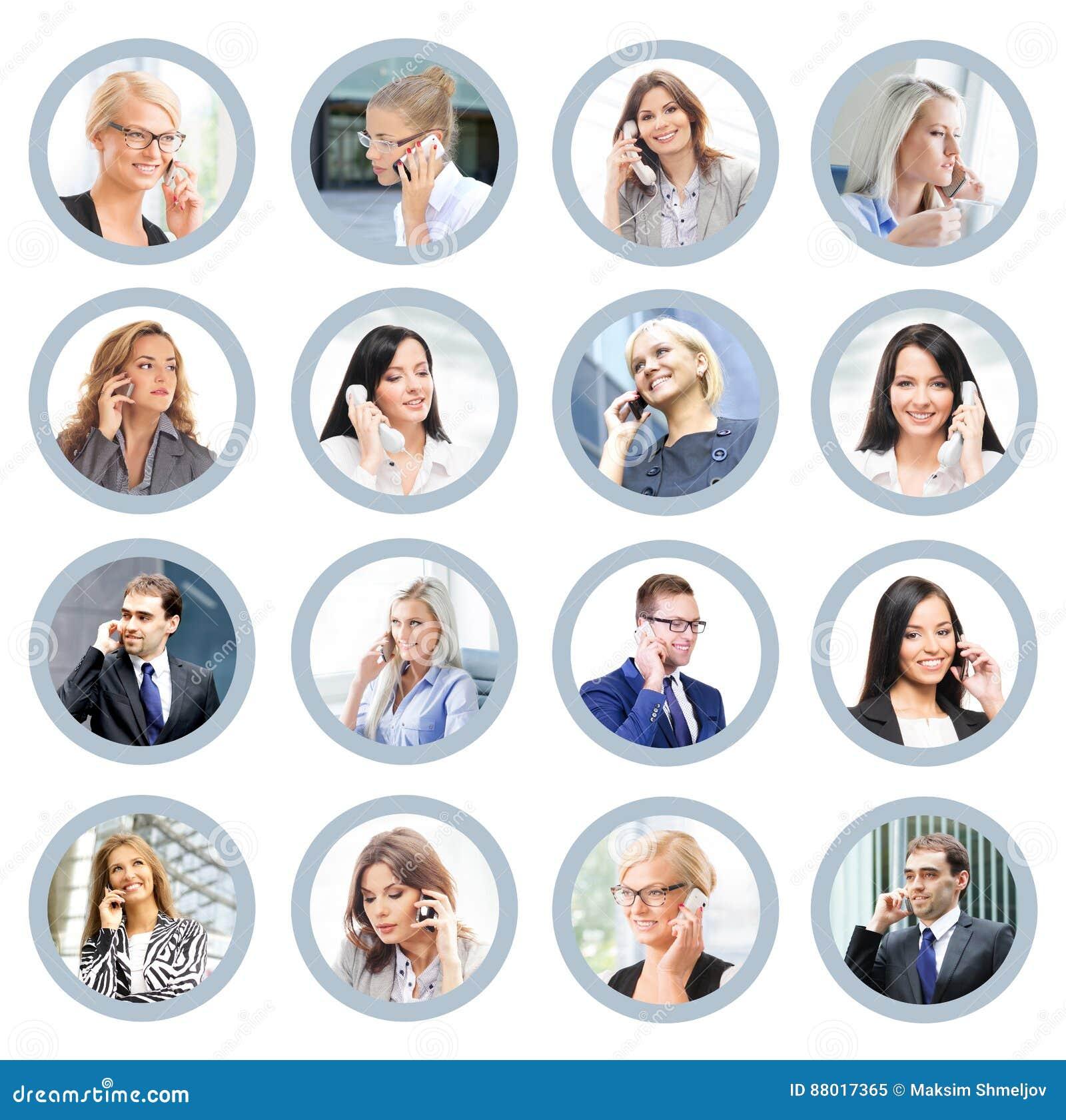 Hombres de negocios que hablan en el teléfono Ayuda y COM en línea