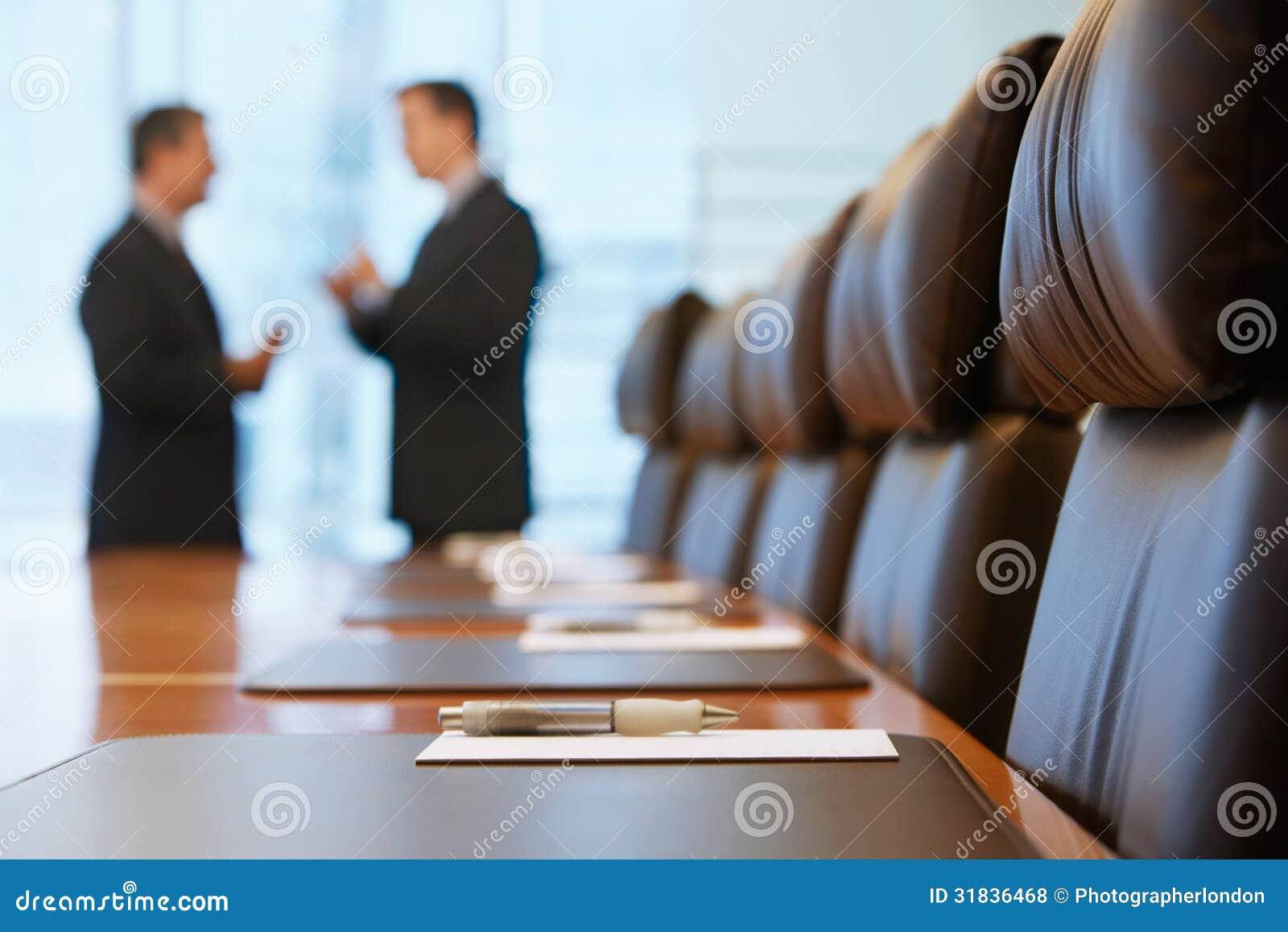 Hombres de negocios que hablan en la sala de conferencias