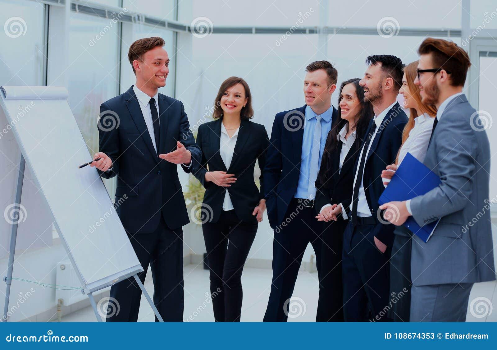 Hombres de negocios que hacen frente a concepto de trabajo de la oficina de la discusión de la comunicación