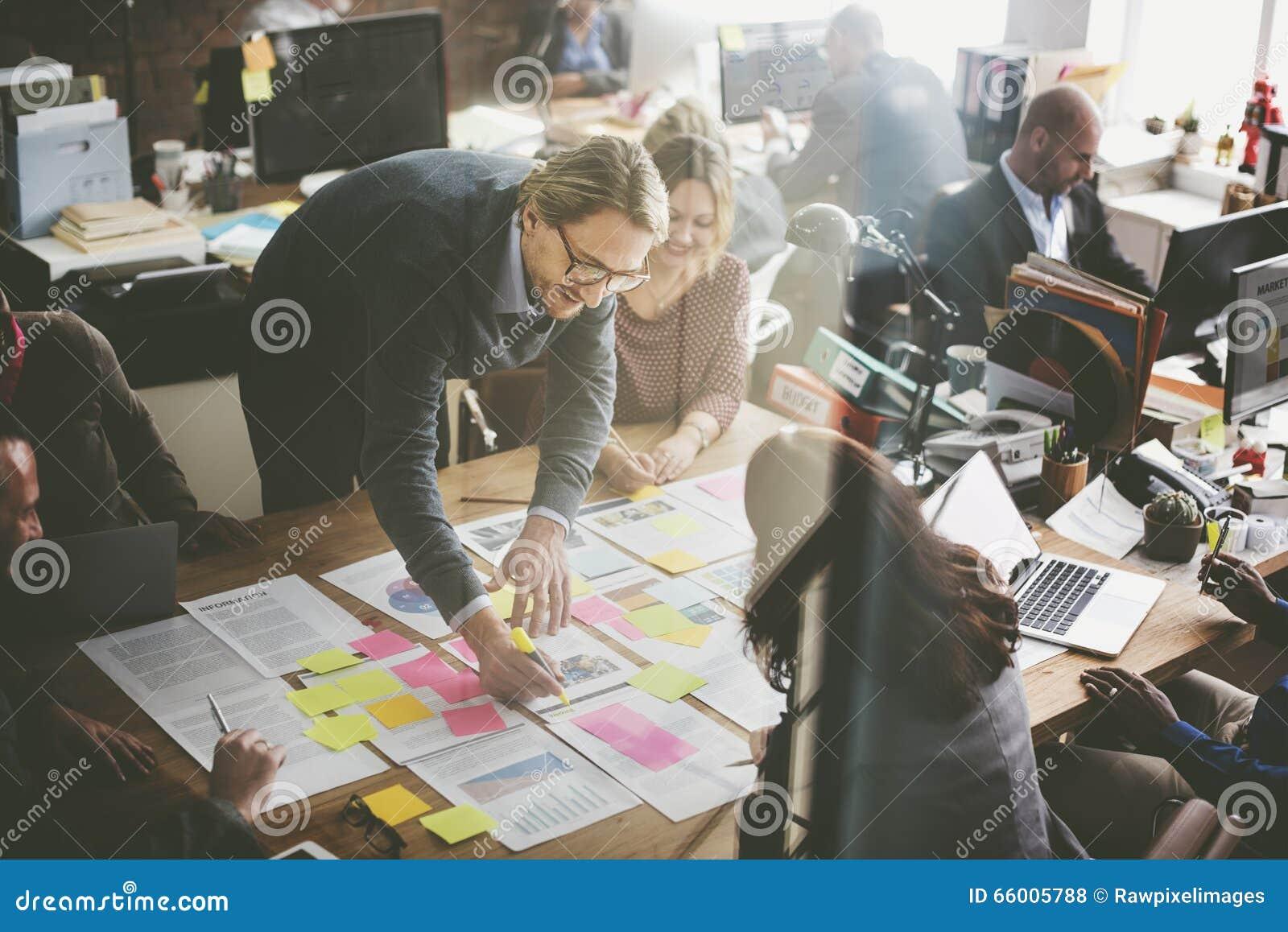 Hombres de negocios que planean concepto de la oficina del análisis de la estrategia