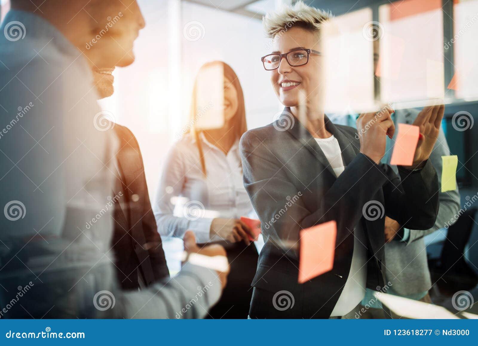 Hombres de negocios que planean la estrategia en oficina junta