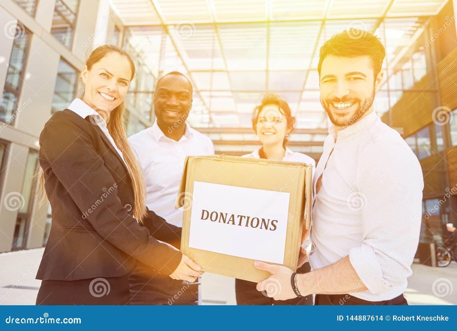 Hombres de negocios que recogen donaciones delante de la oficina