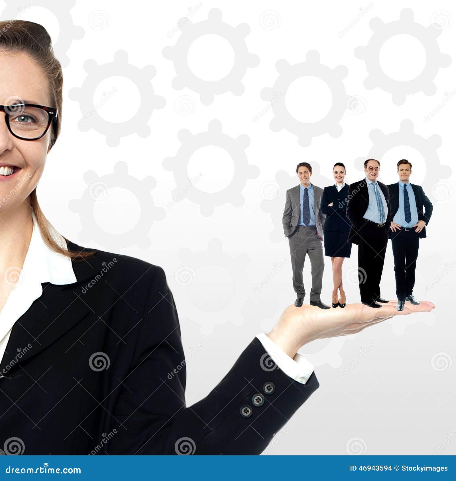 Hombres de negocios que se colocan en la palma