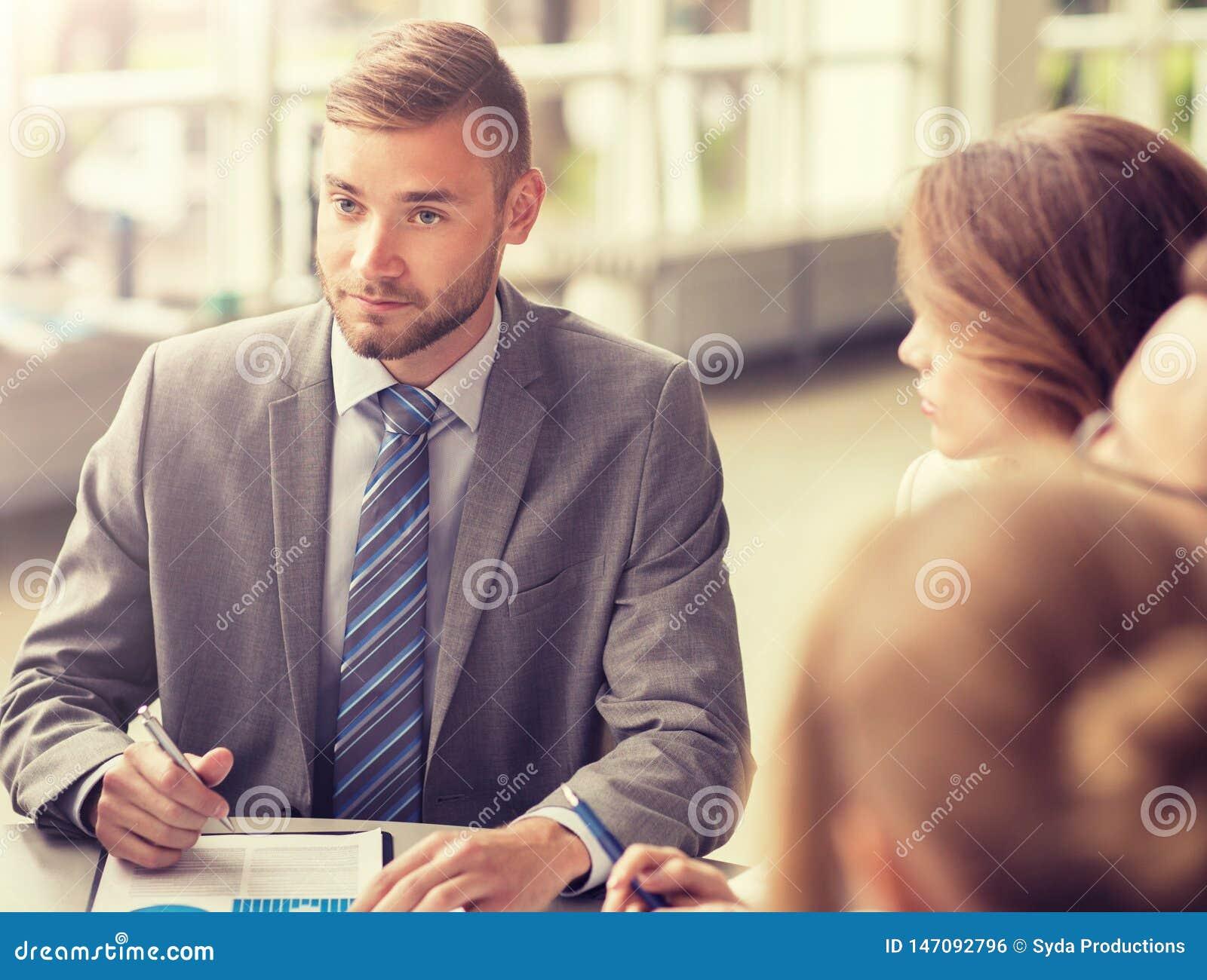 Hombres de negocios que se encuentran en la oficina