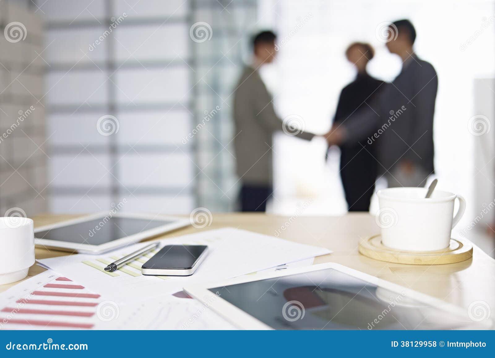 Hombres de negocios que se encuentran en oficina