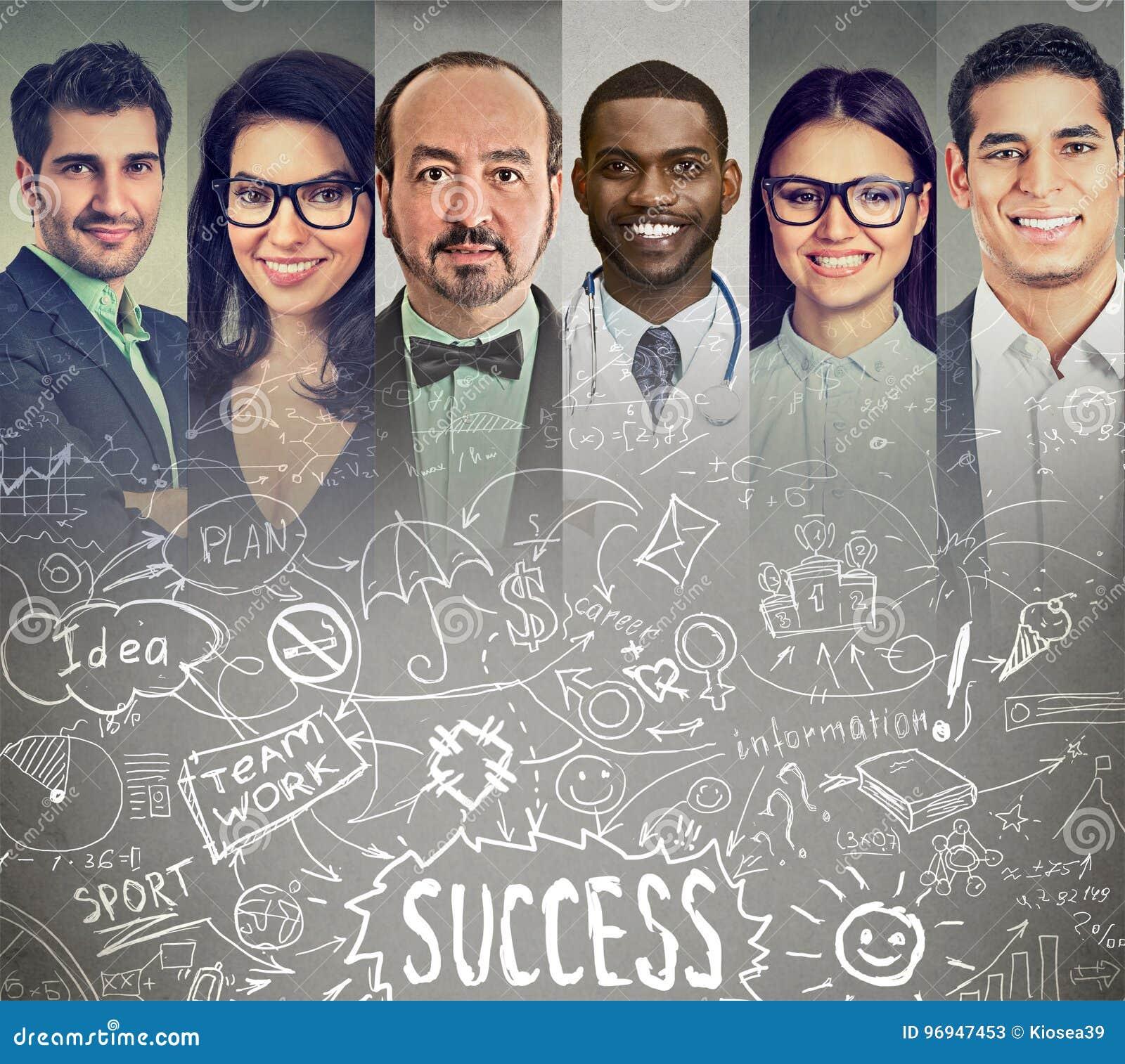 Hombres de negocios que se inspiran intercambiando ideas