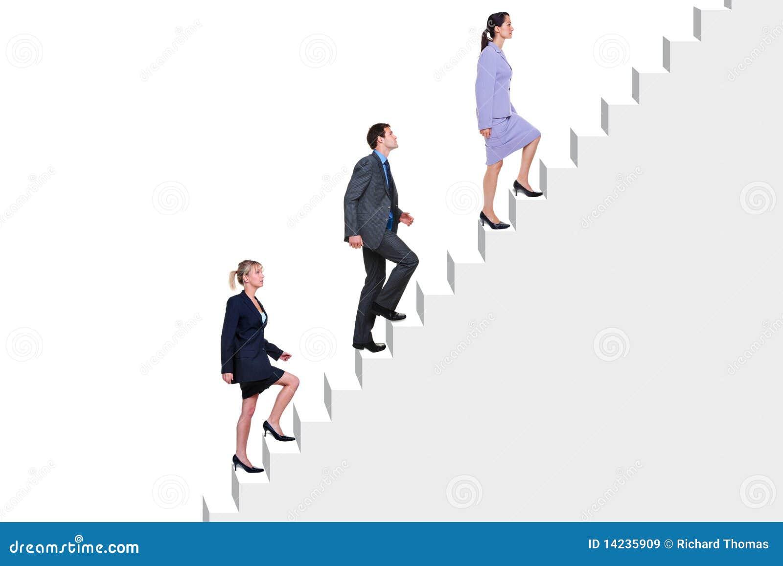 Hombres de negocios que suben las escaleras