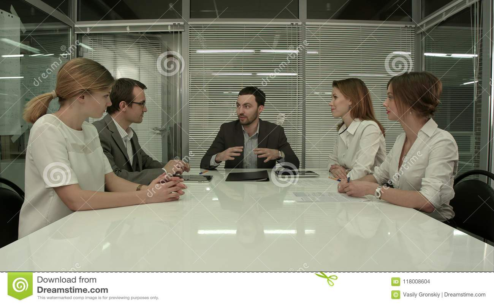 Hombres de negocios que tienen reunión del Consejo en oficina moderna