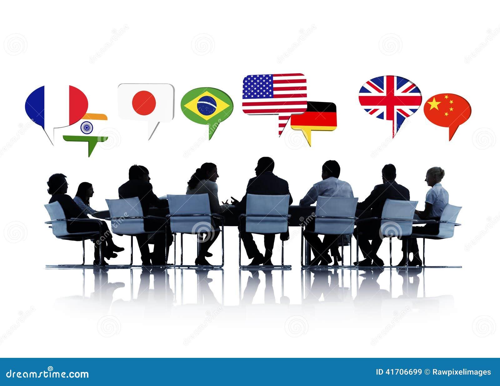 Hombres de negocios que tienen una conferencia sobre la relación internacional
