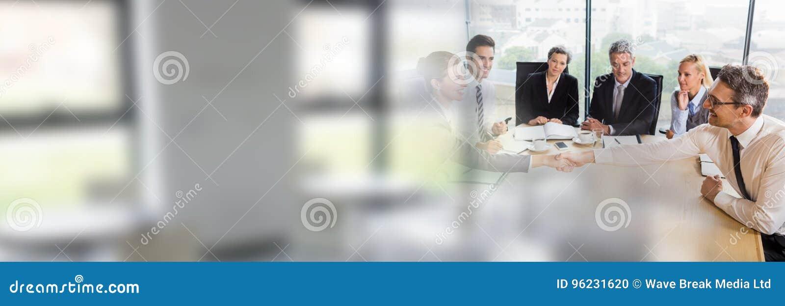 Hombres de negocios que tienen una reunión con efecto de la transición de las ventanas