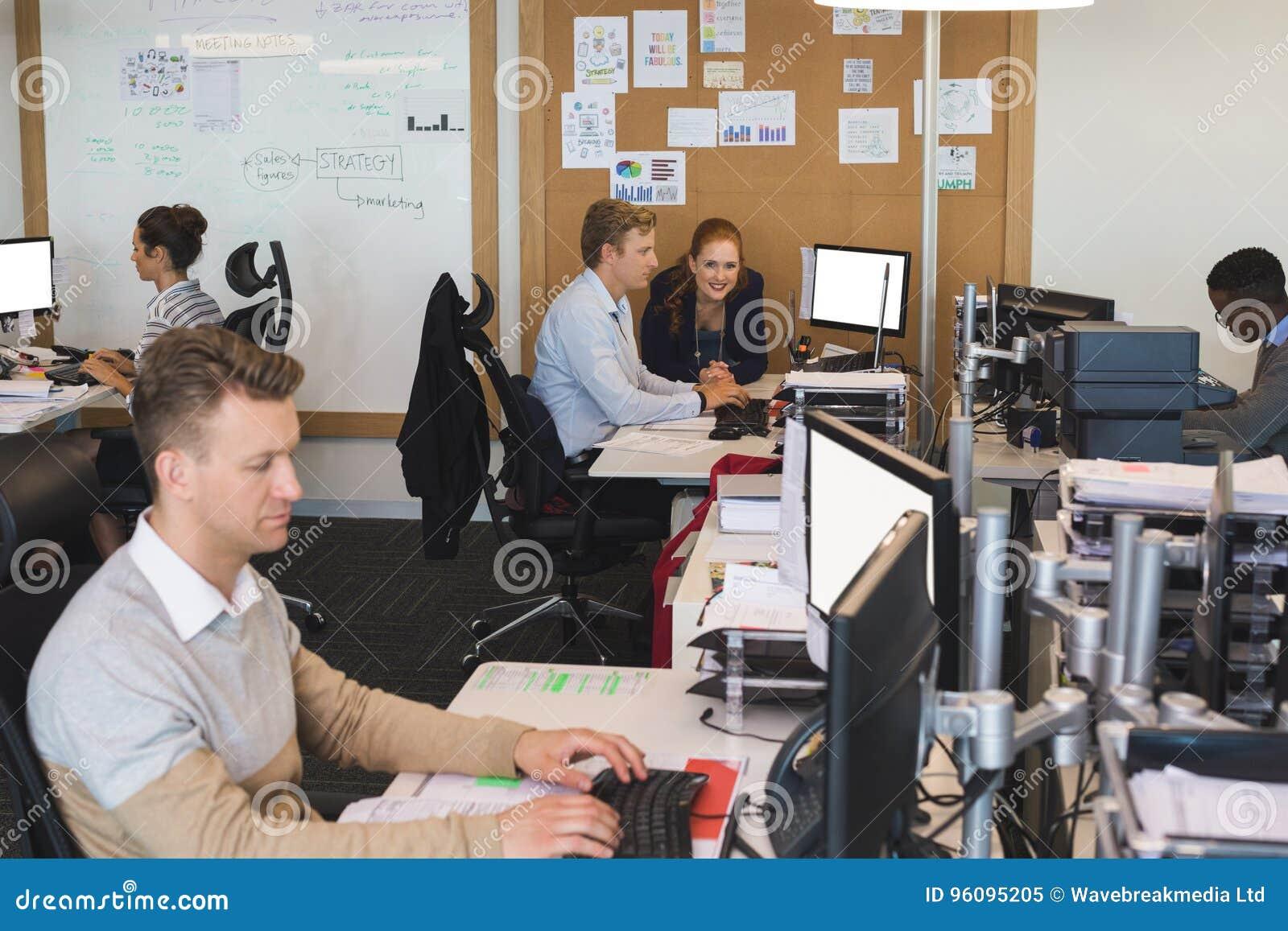 Hombres de negocios que trabajan en los ordenadores en la oficina