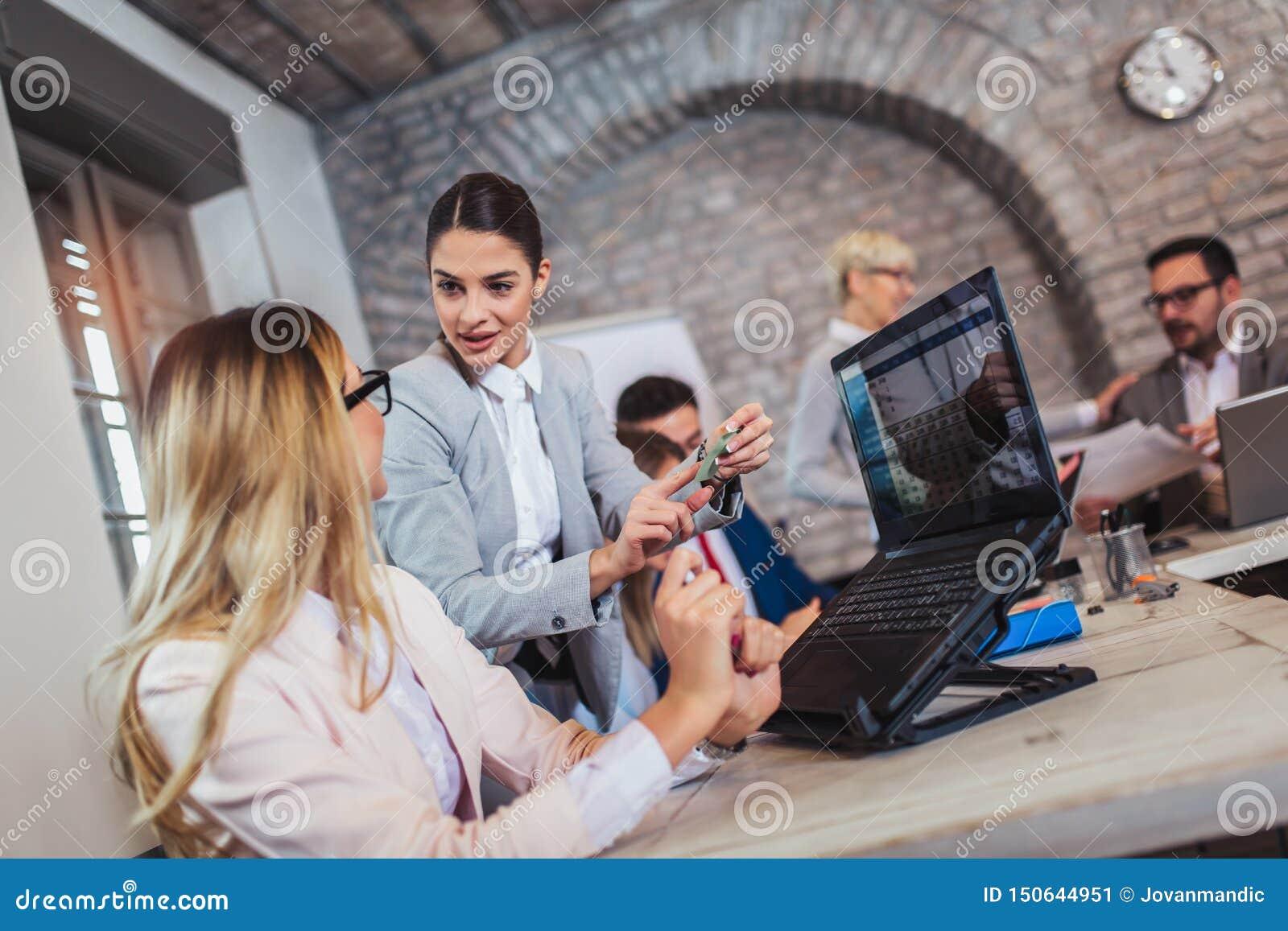 Hombres de negocios que trabajan en oficina y que discuten las nuevas ideas, foco selectivo
