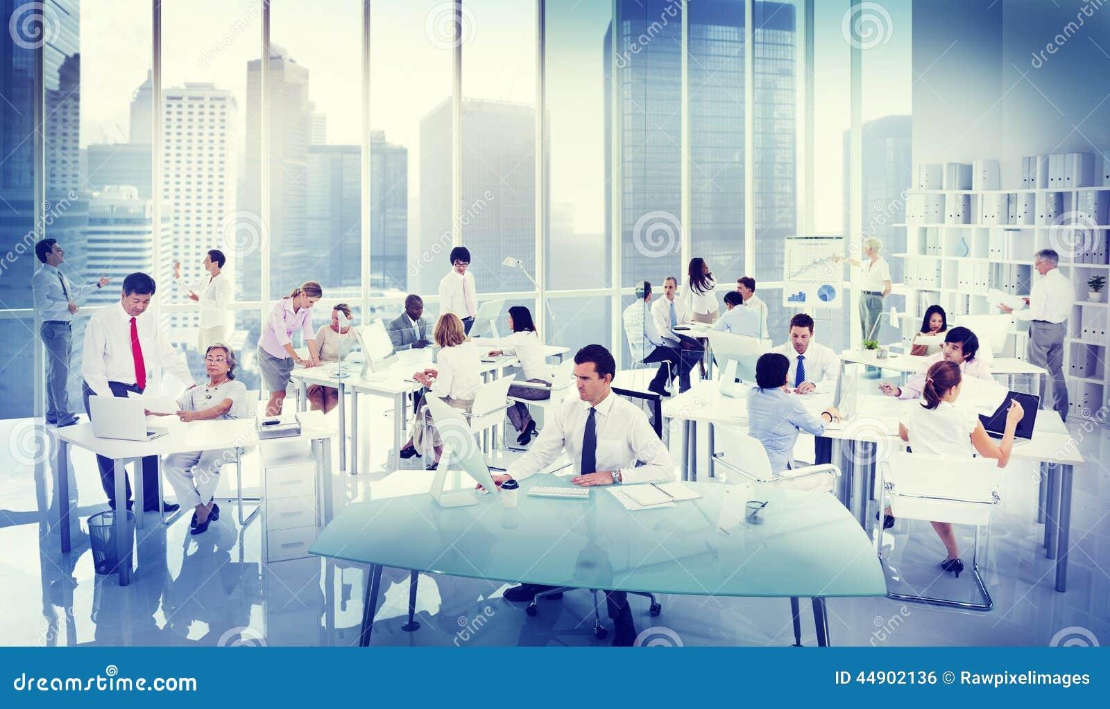 Hombres de negocios que trabajan en una oficina foto de for Explique que es una oficina
