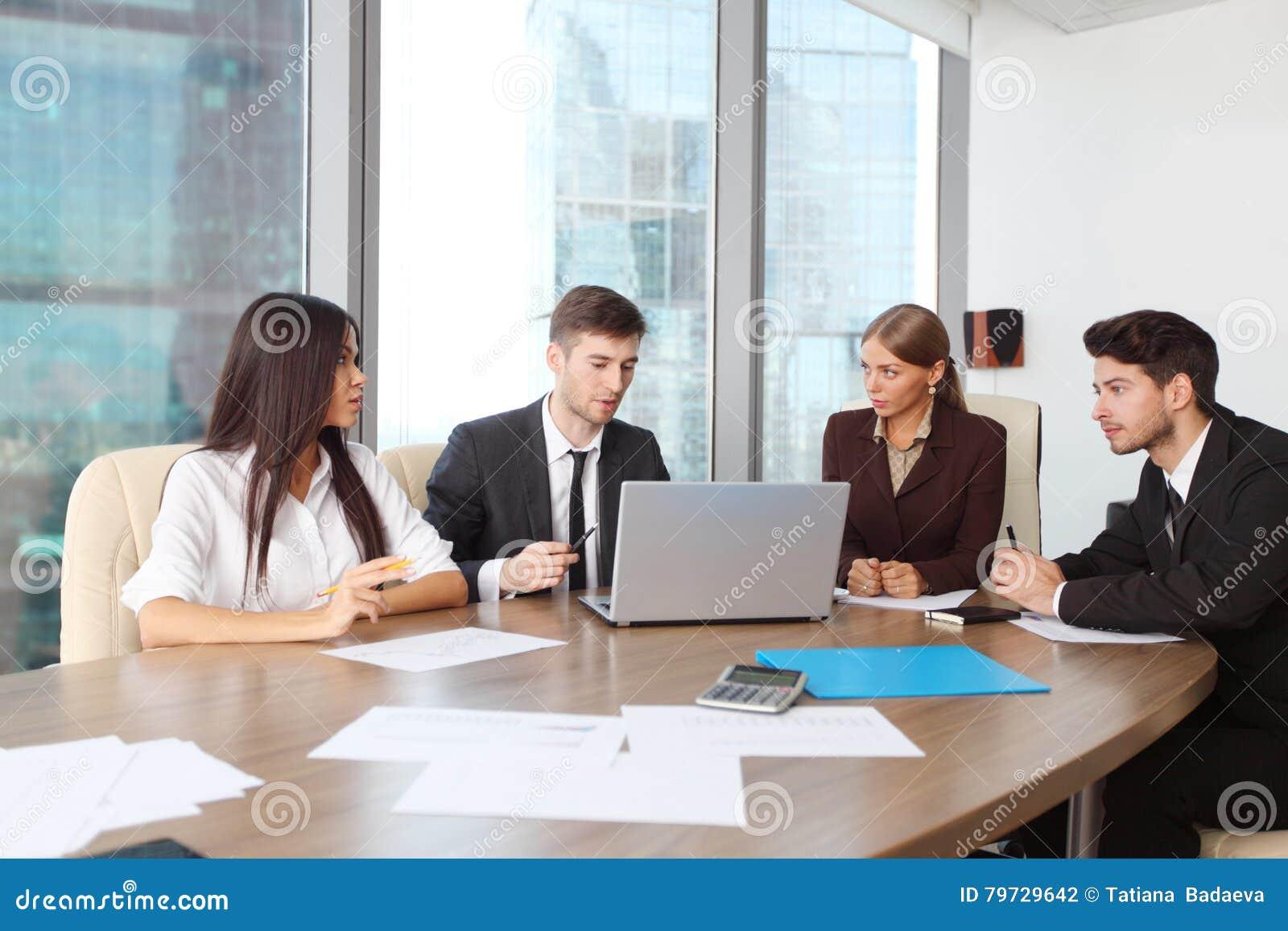 Hombres de negocios que trabajan junto en una reunión