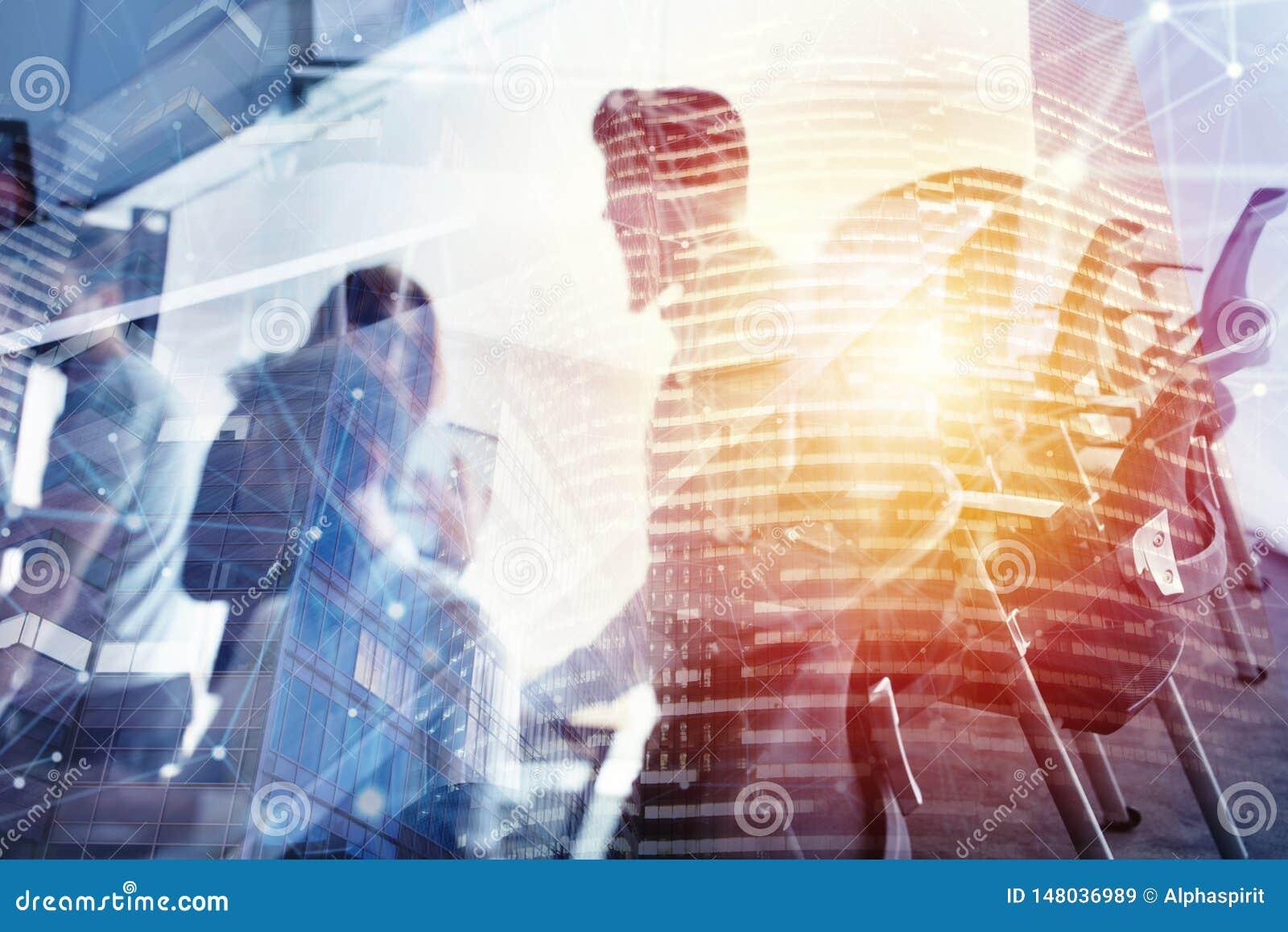 Hombres de negocios que trabajan juntos en oficina en la noche Concepto de trabajo en equipo y de sociedad Exposici?n doble