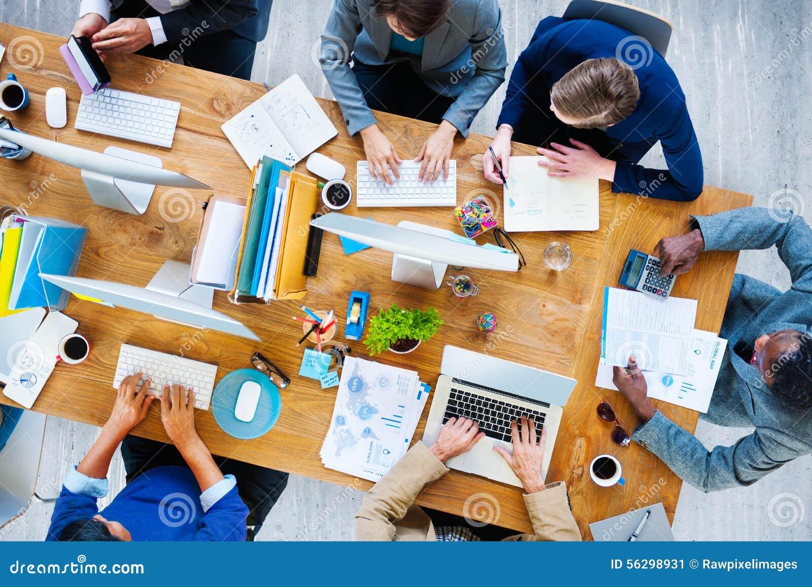 Hombres de negocios que trabajan la oficina Team Concept corporativo