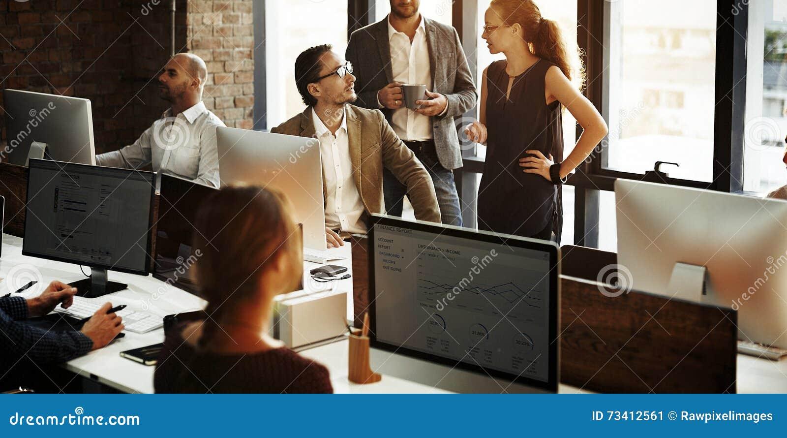 Hombres de negocios que usan concepto de trabajo del ordenador