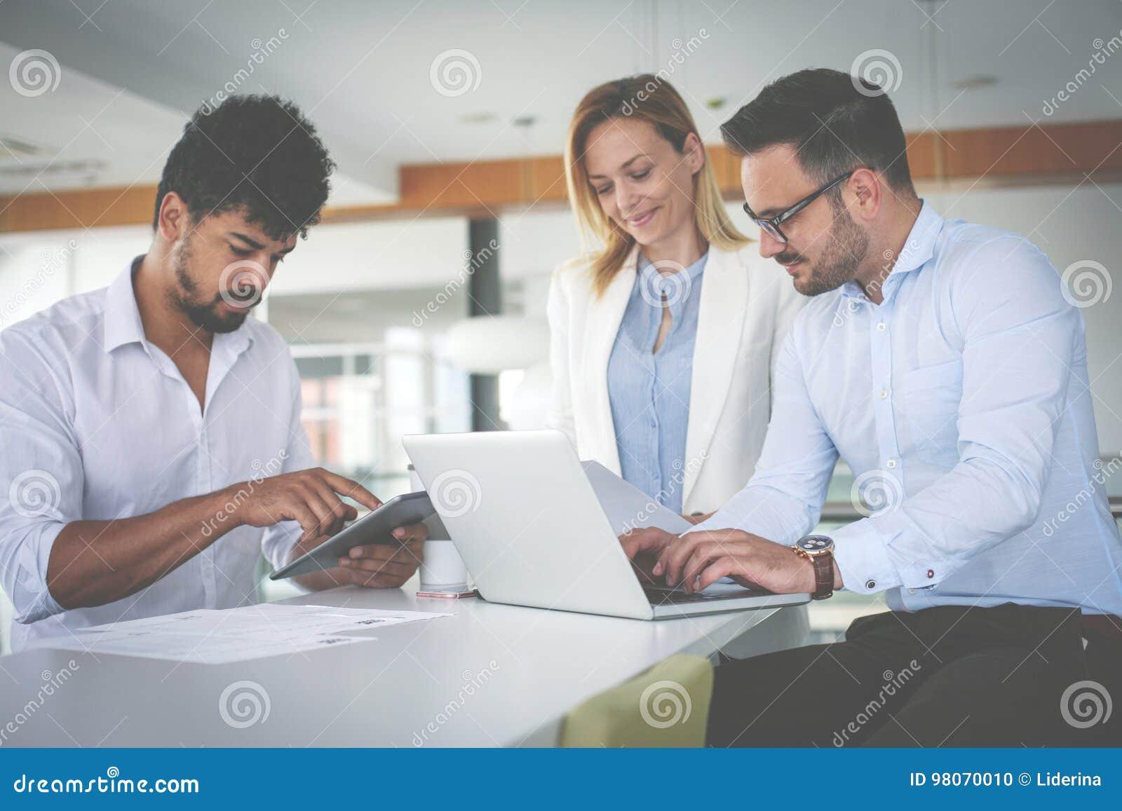 Hombres De Negocios Que Usan Tecnologa Y Comprobando El