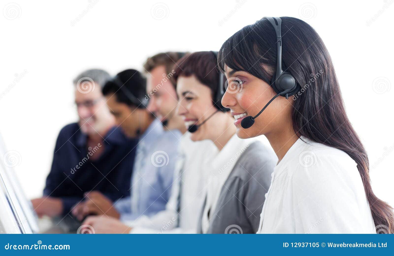 Hombres de negocios Self-assured que usan el receptor de cabeza