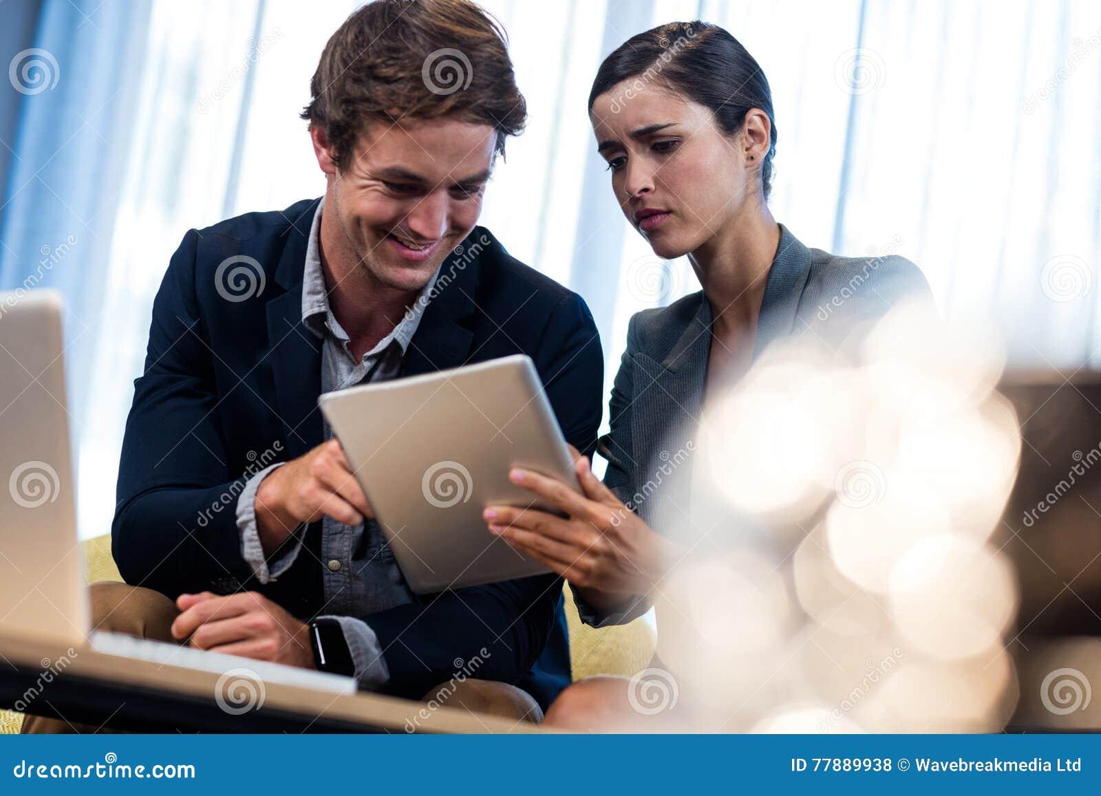 Hombres De Negocios Usando Una Tableta Foto de archivo