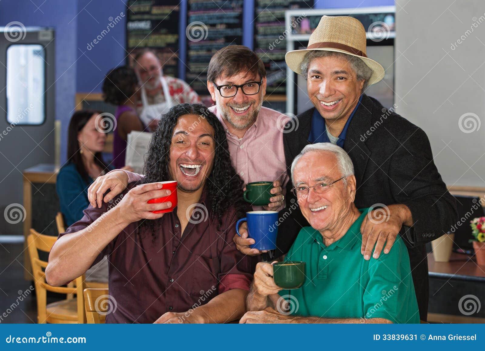 Hombres diversos que celebran