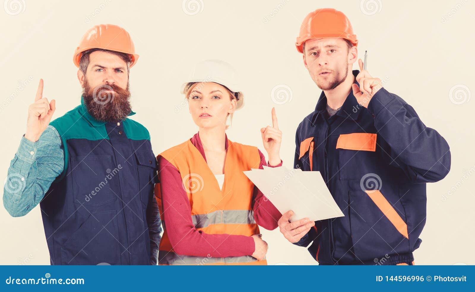 Hombres en cascos, uniforme y mujer Solucionar concepto de los problemas