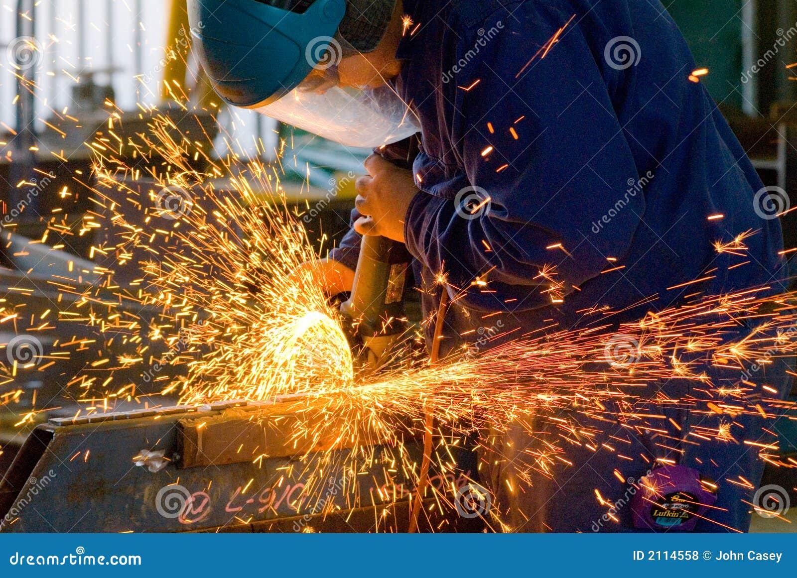 Hombres en el acero de pulido del trabajo