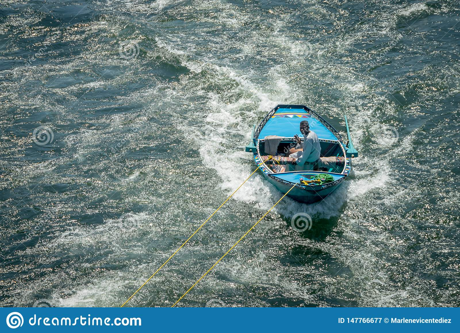 Hombres en los barcos que enganchan a traves?as en el Nilo para vender Egipto abril de 2019
