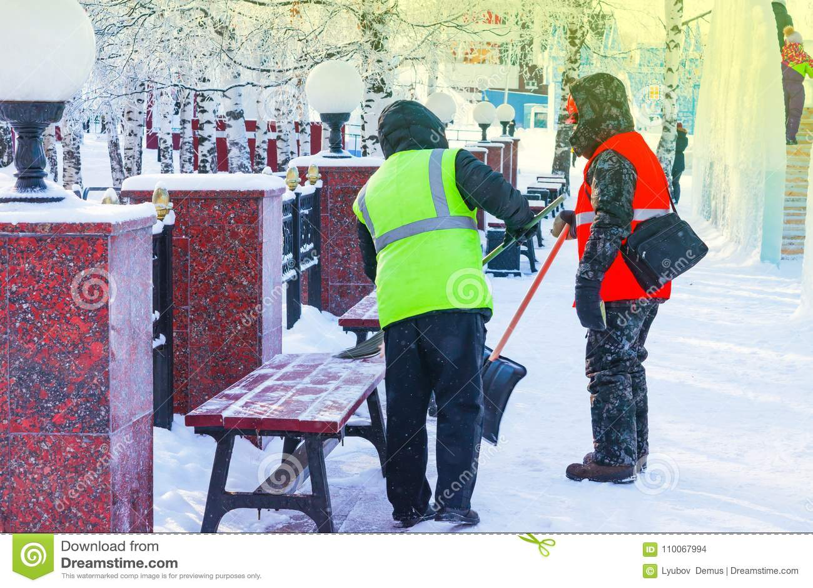 Hombres En Ropa De Trabajo Con Una Pala Y Una Escoba Para Quitar Nieve Del Banco Y Las Calzadas En El Parque Foto De Archivo Imagen De Blanco Trabajador 110067994