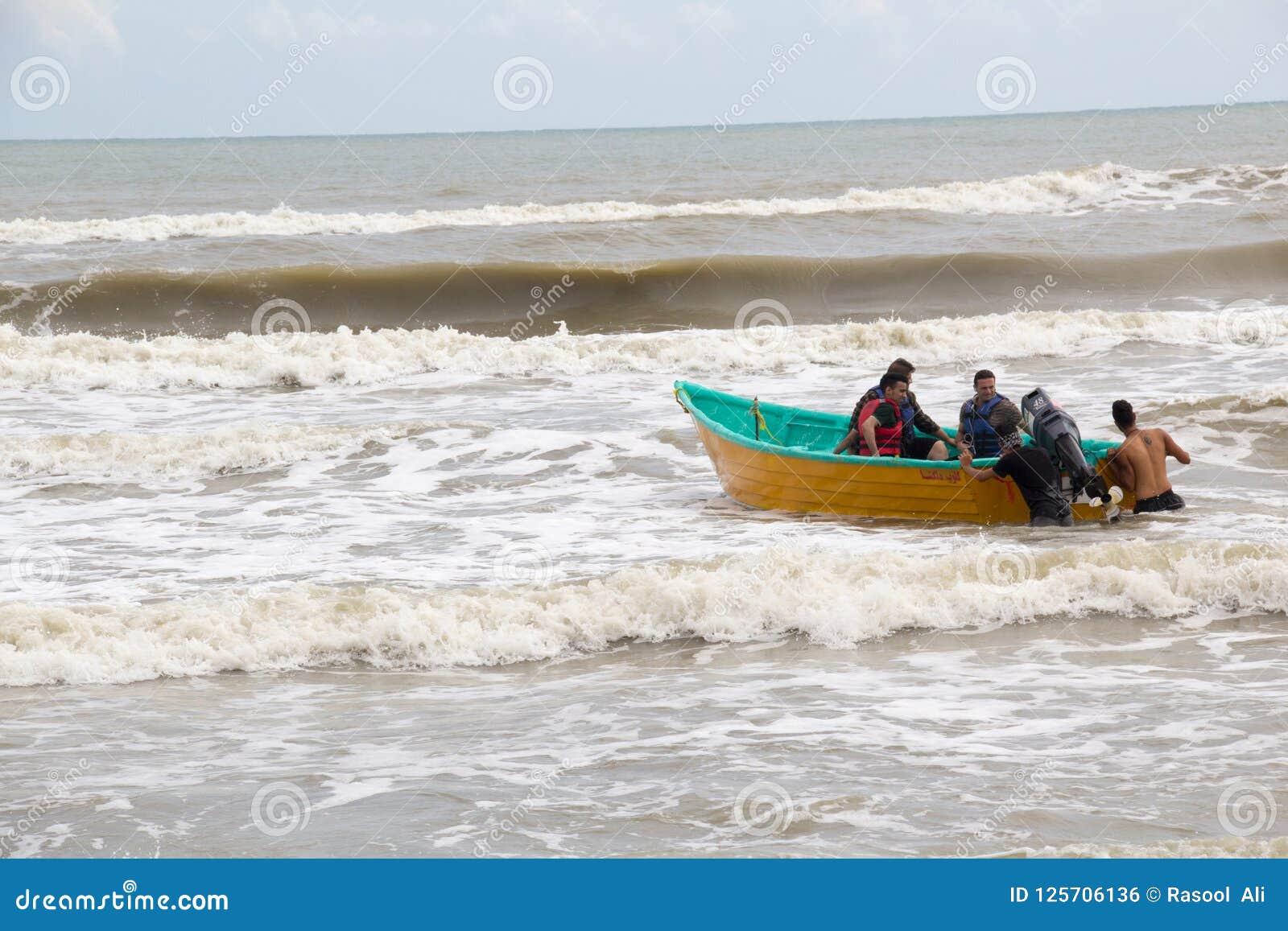 Hombres en un barco en el mar
