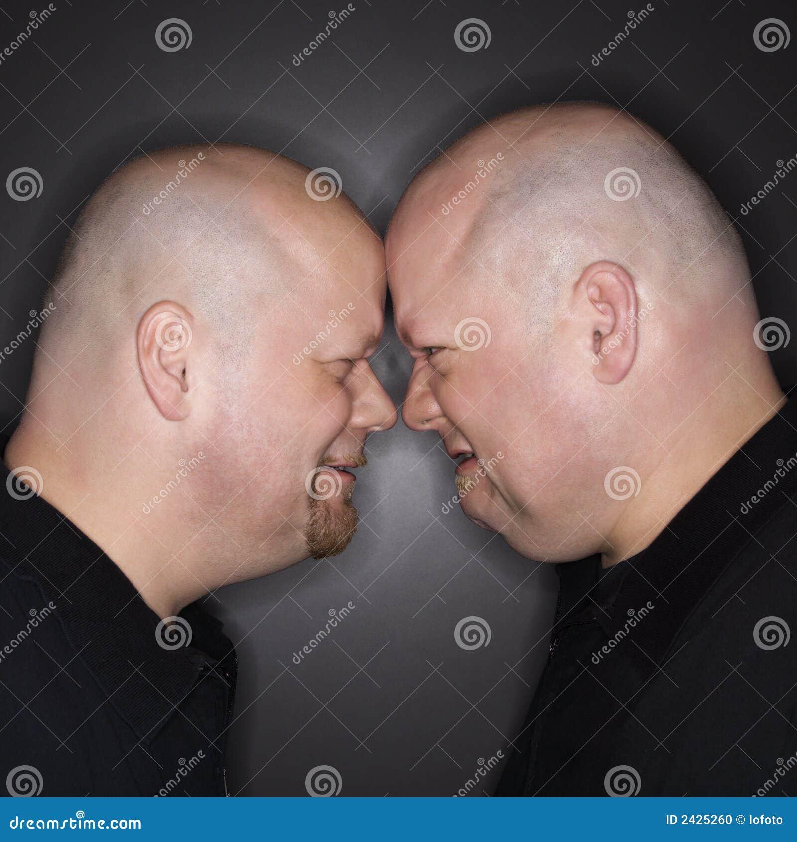 Hombres gemelos que hacen frente apagado.