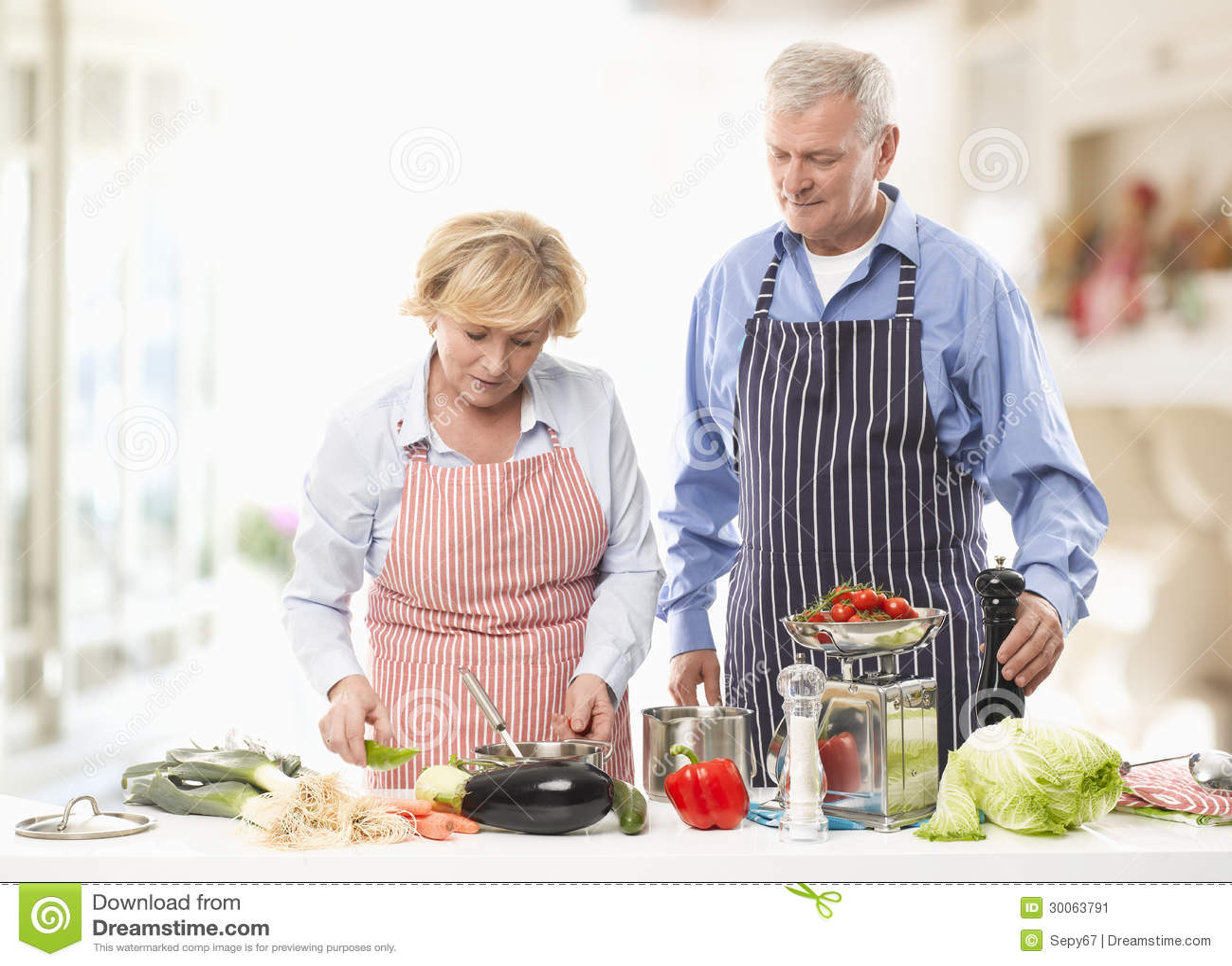 Pares Mayores Que Cocinan En La Cocina Imagen De Archivo Imagen De