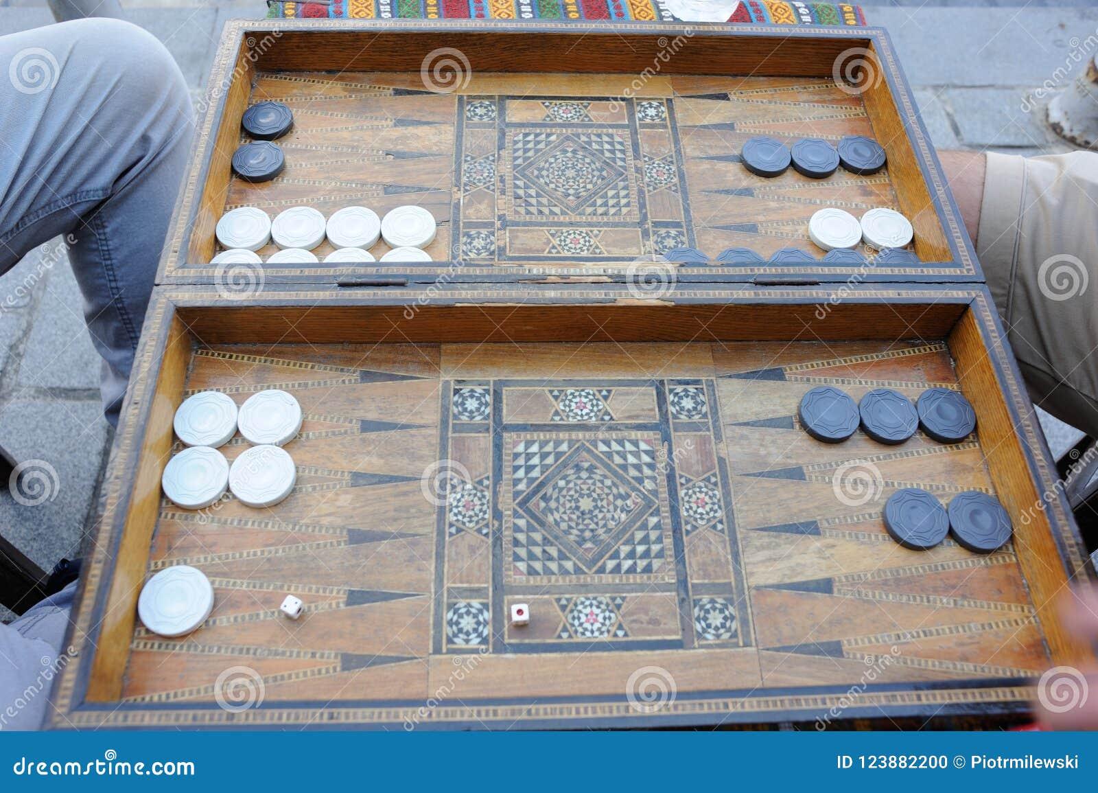 Hombres Que Juegan Al Juego De Mesa Del Backgammon Con Una Tabla De