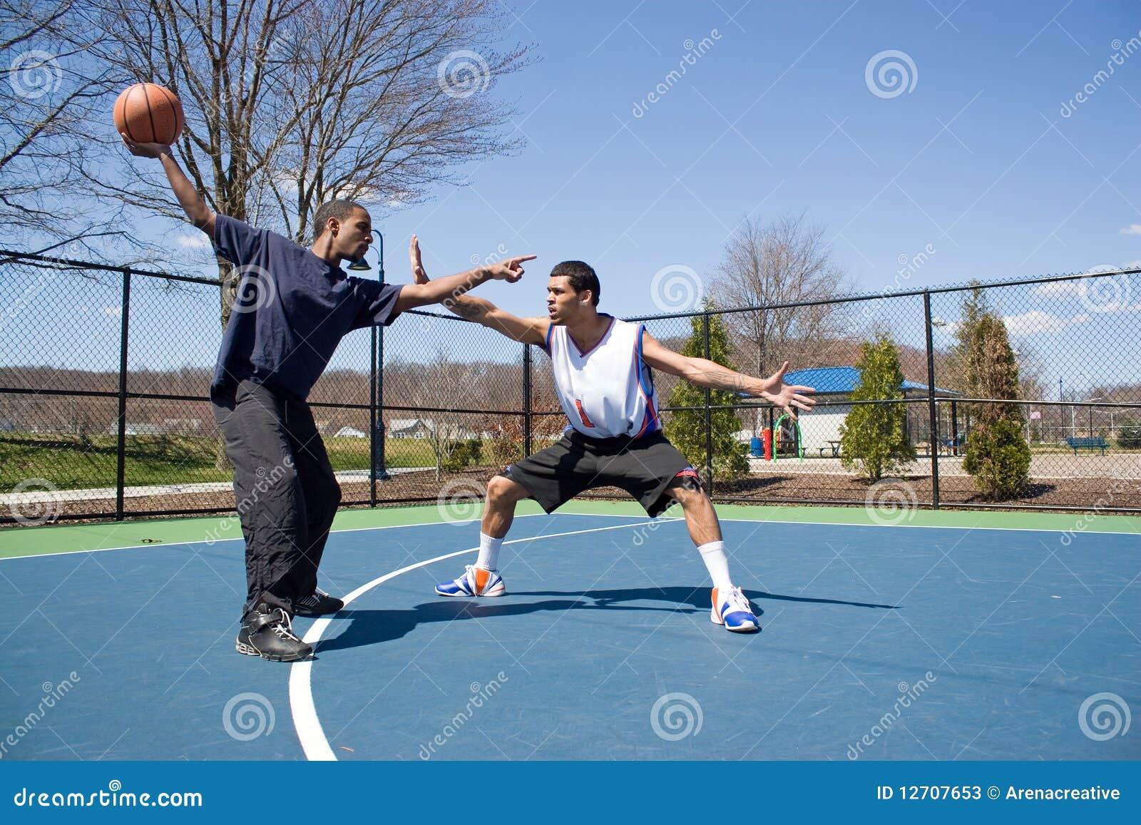 Hombres que juegan a baloncesto