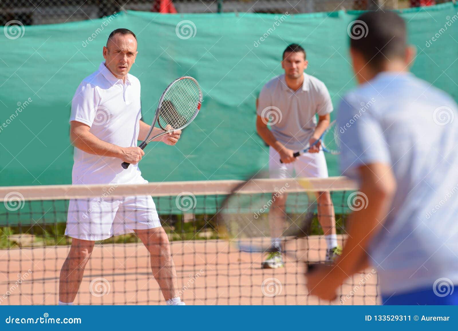 Hombres que juegan dobles del tenis