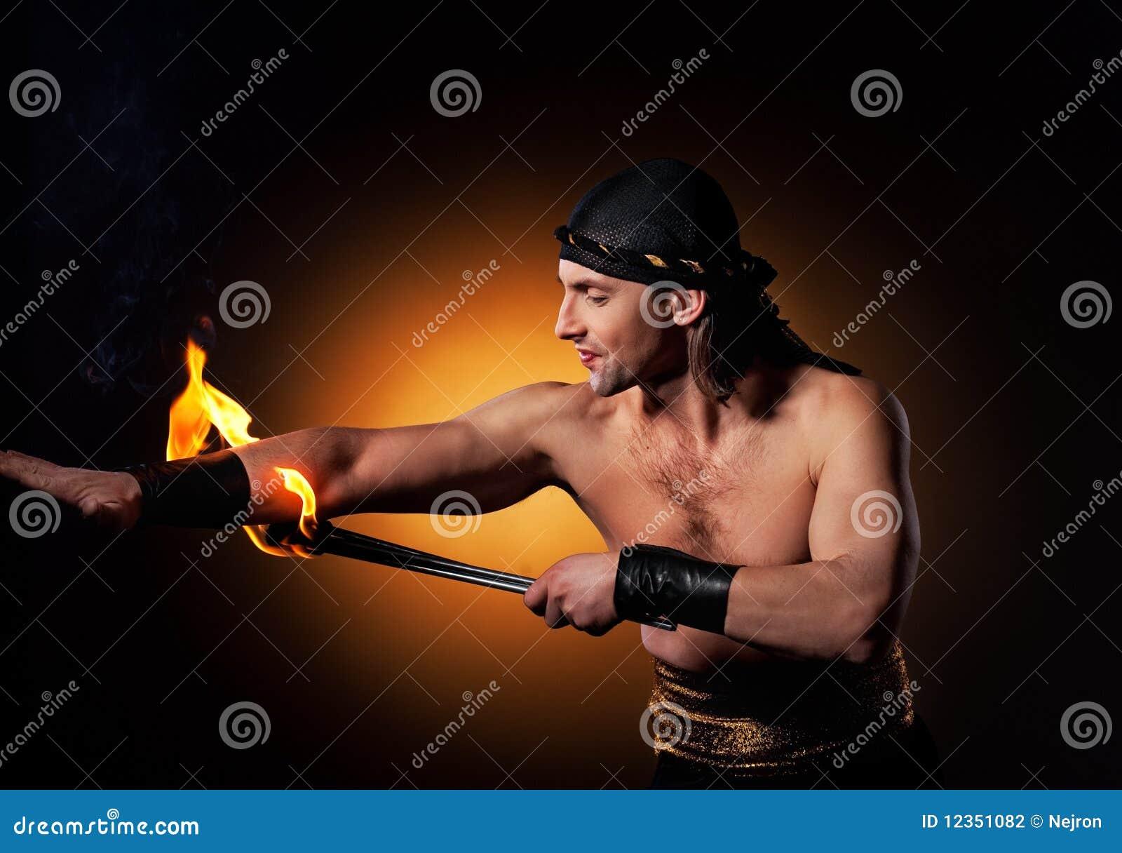 Hombres que realizan la demostración del fuego