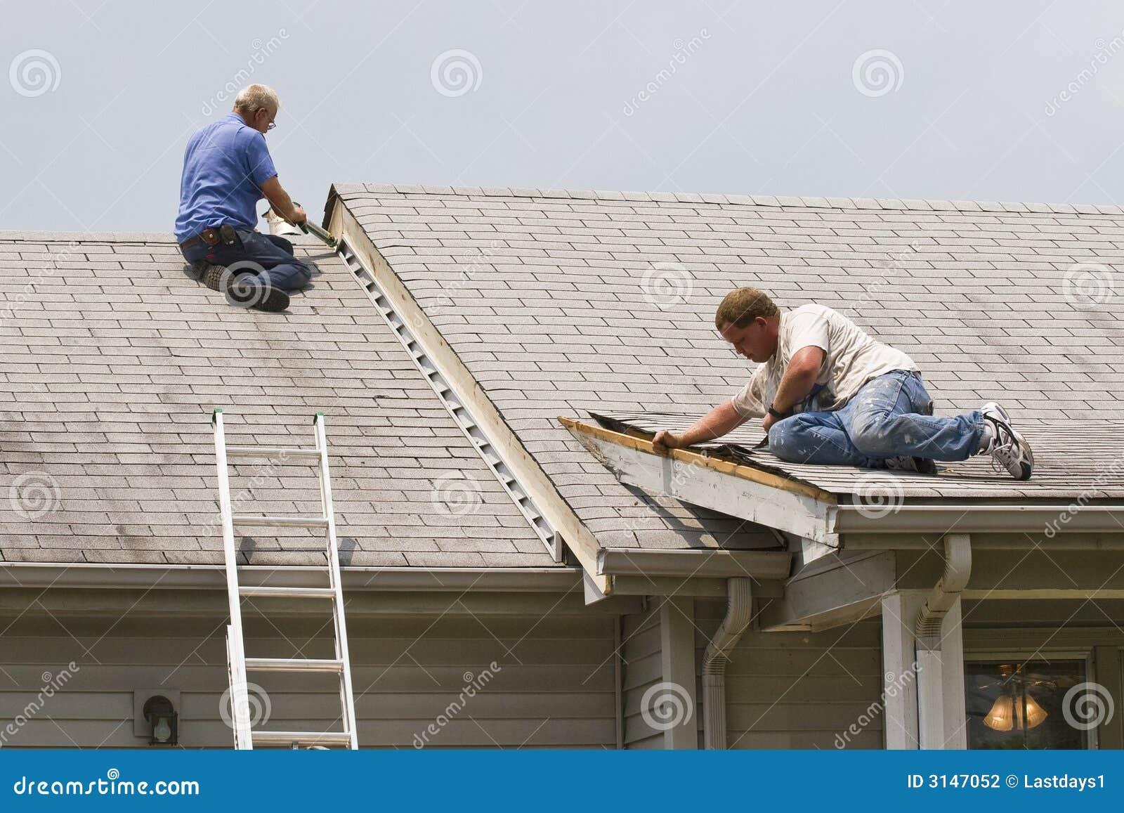 Hombres que reparan la casa
