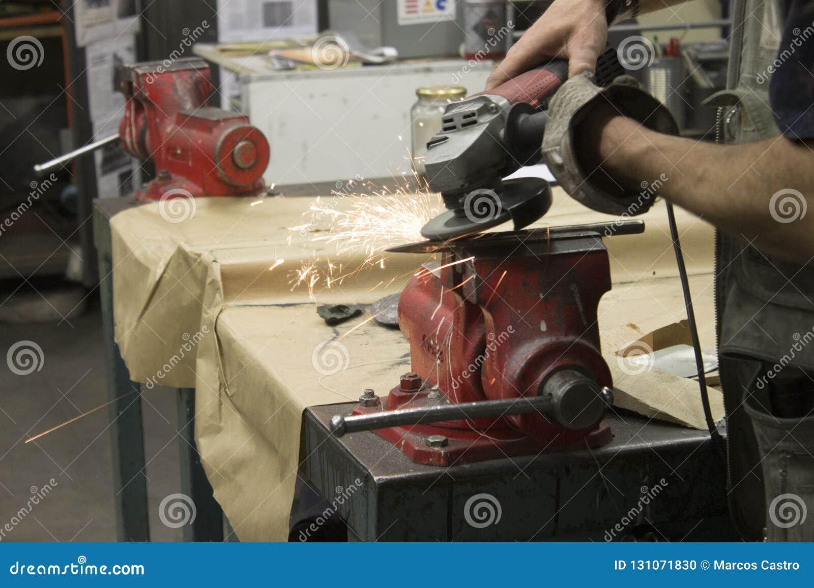 Hombres que trabajan el hierro en una tabla de trabajo