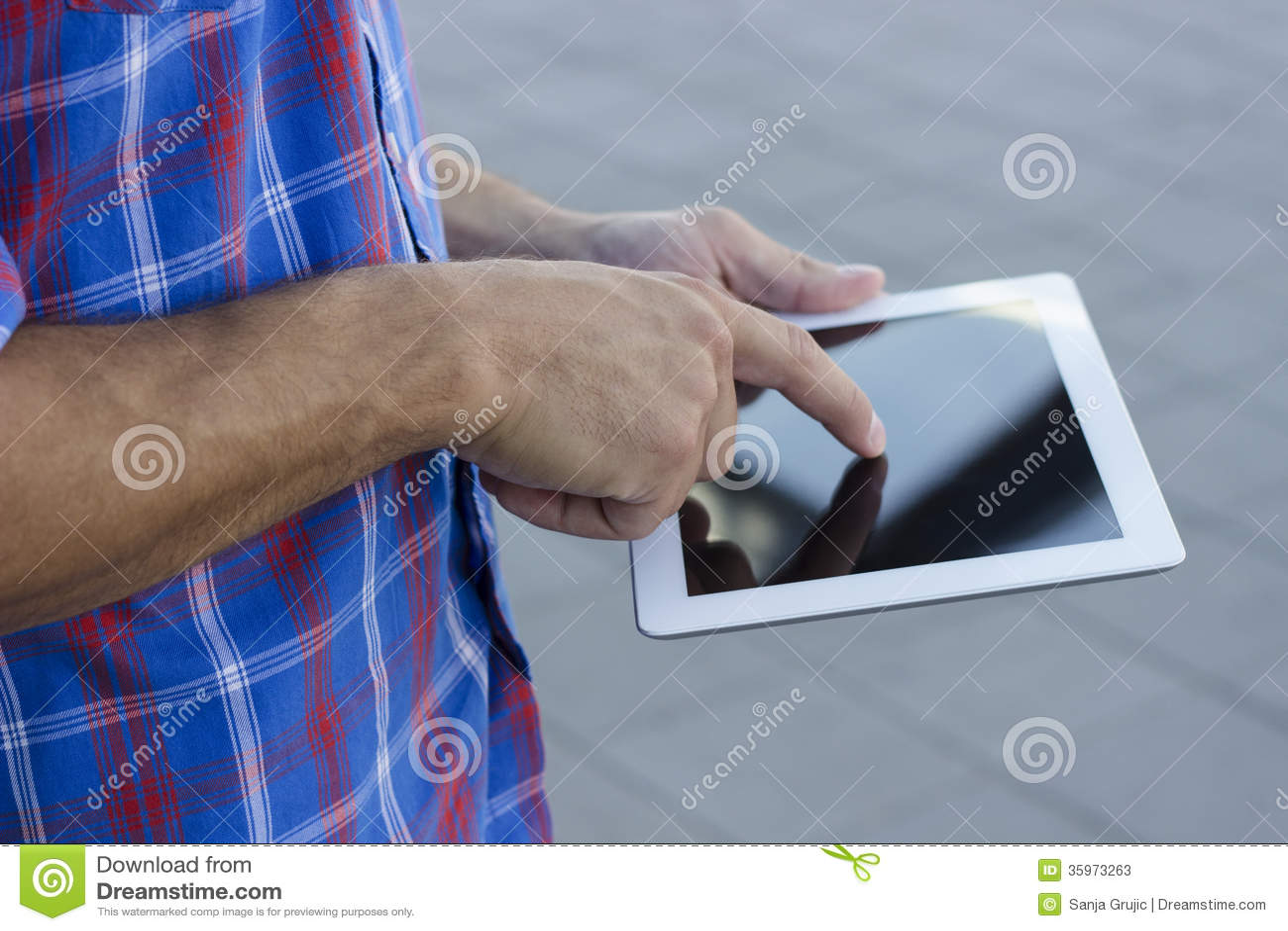 Hombres que usan la PC digital de la tableta