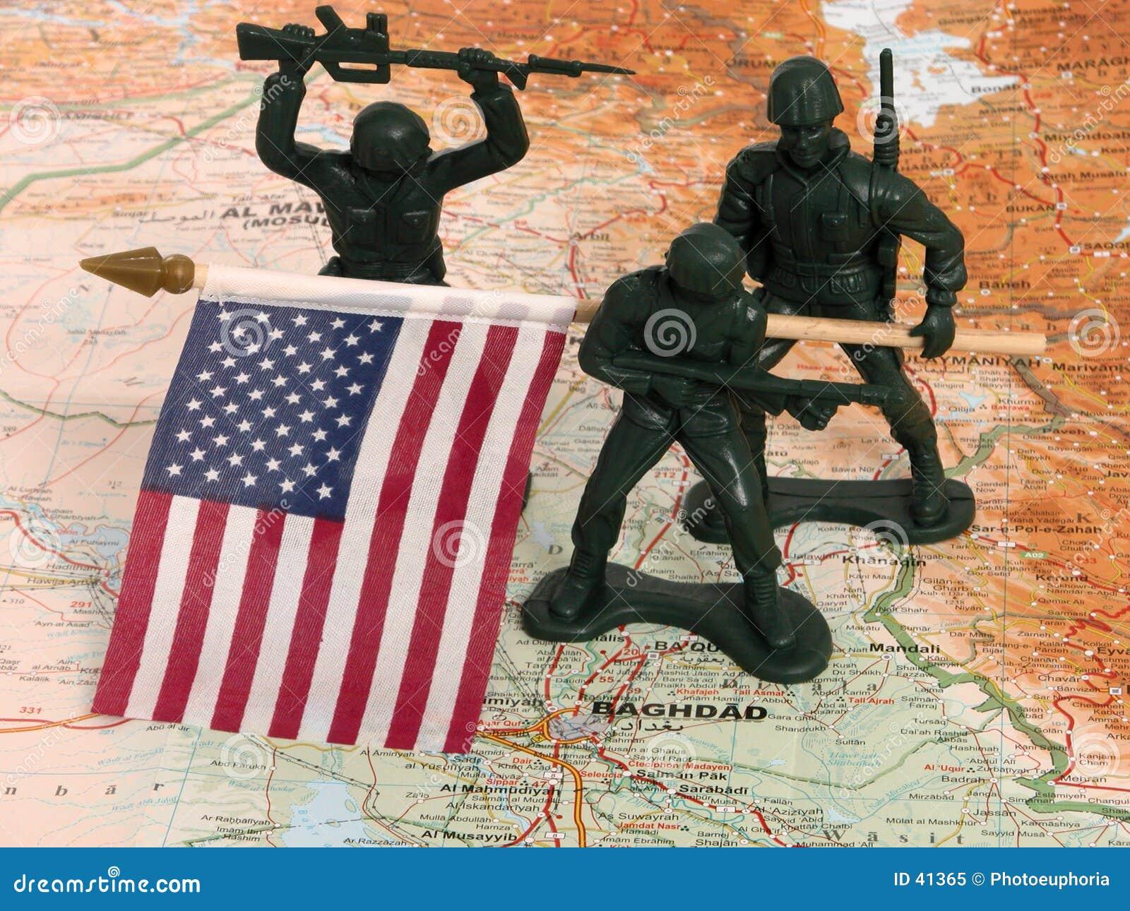 Hombres verdes del ejército del juguete con el indicador de los E.E.U.U. en Iraq