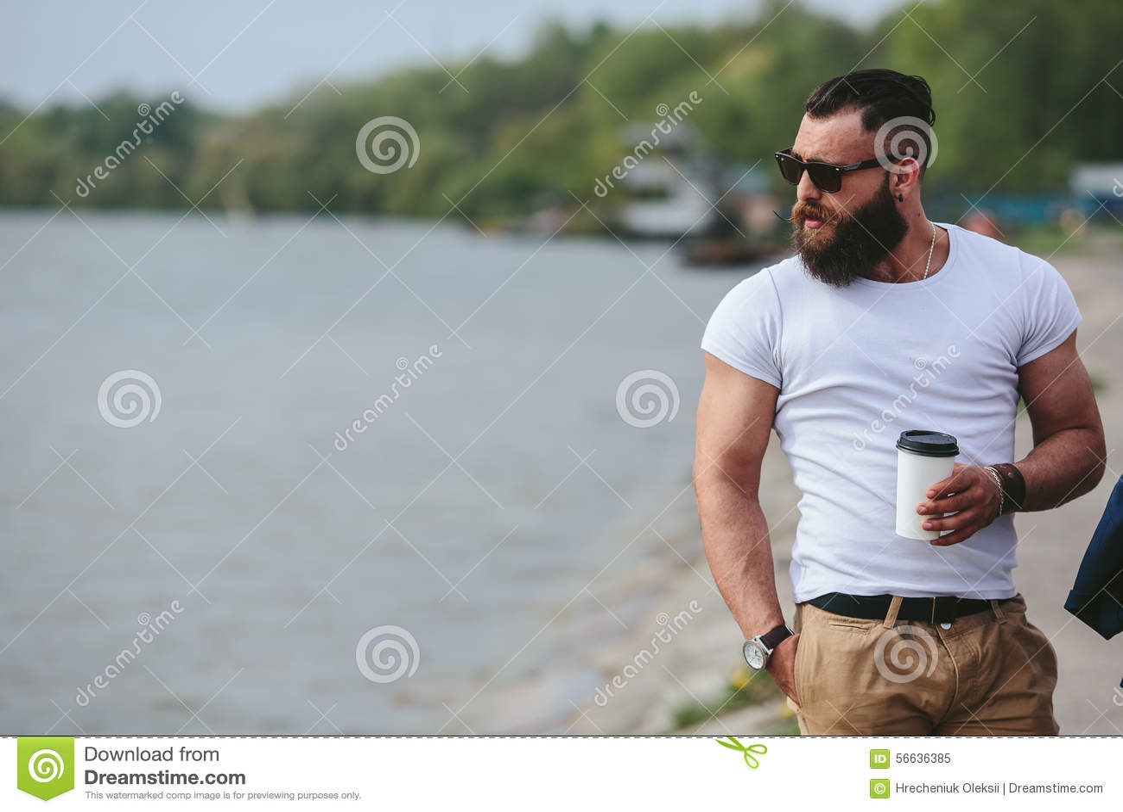 Hombres y café en la playa