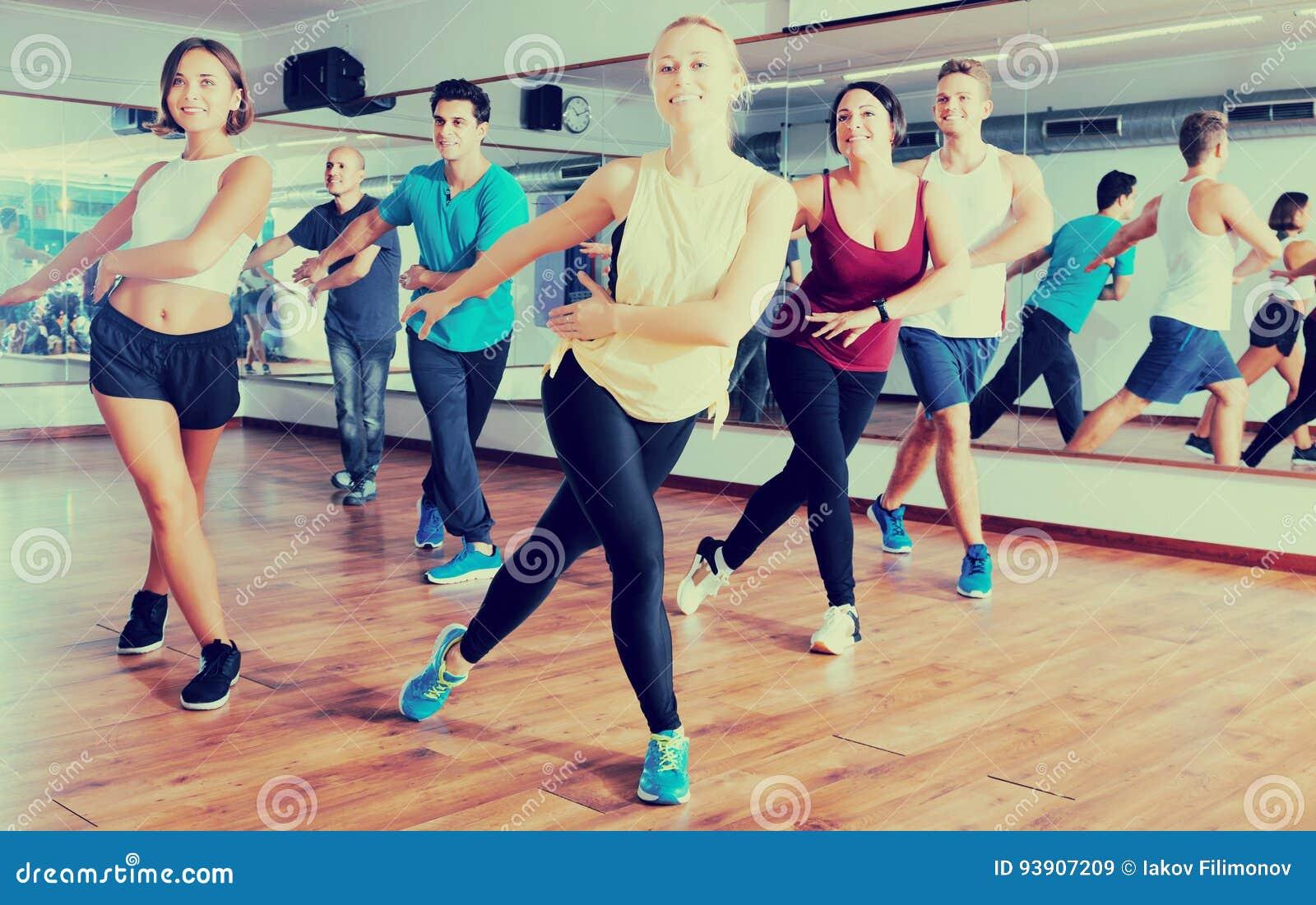 Hombres y señoras que bailan zumba