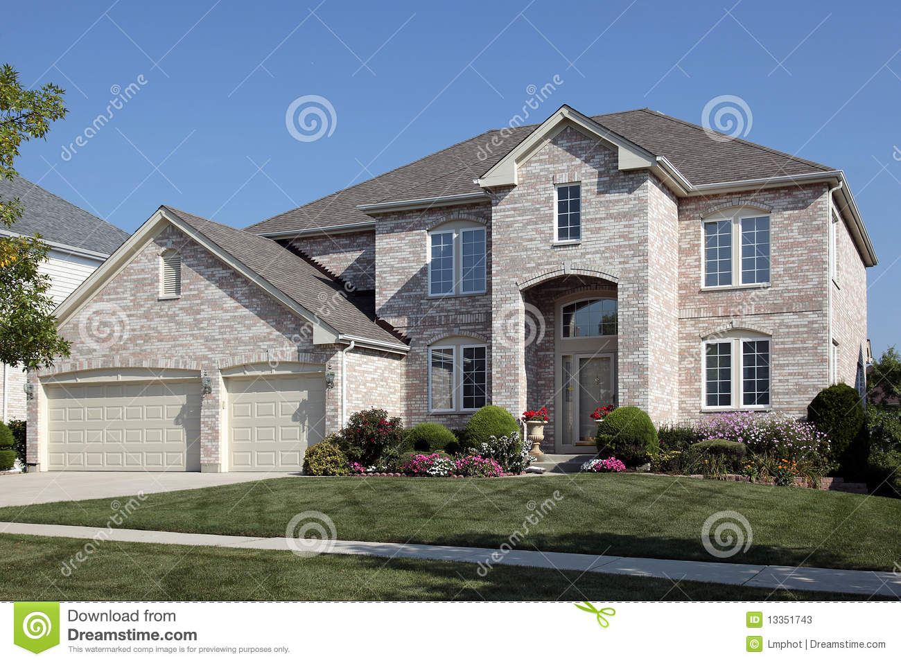 Home With Arched Entry And Three Car Garage Stock Photos