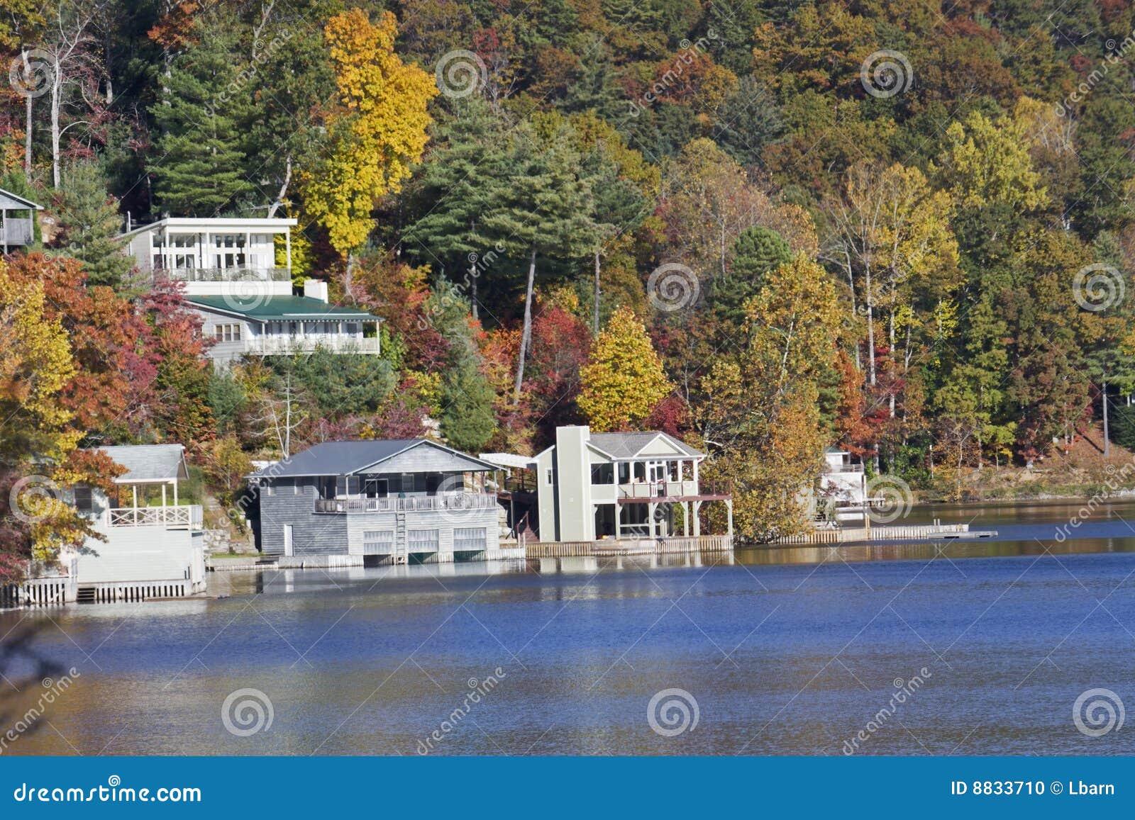 HOME das proximidades do lago do outono