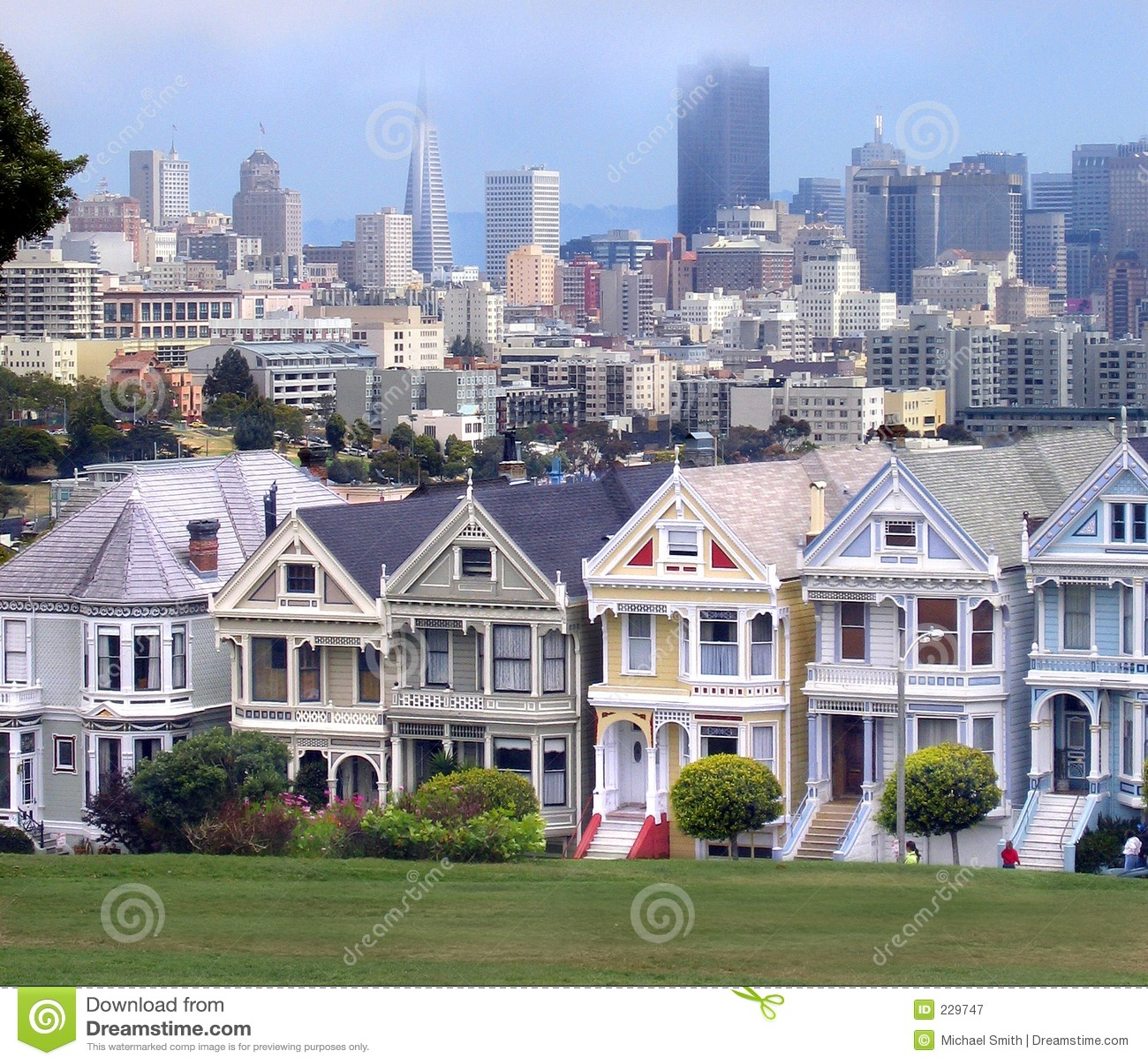 HOME do Victorian e skyline de San Francisco