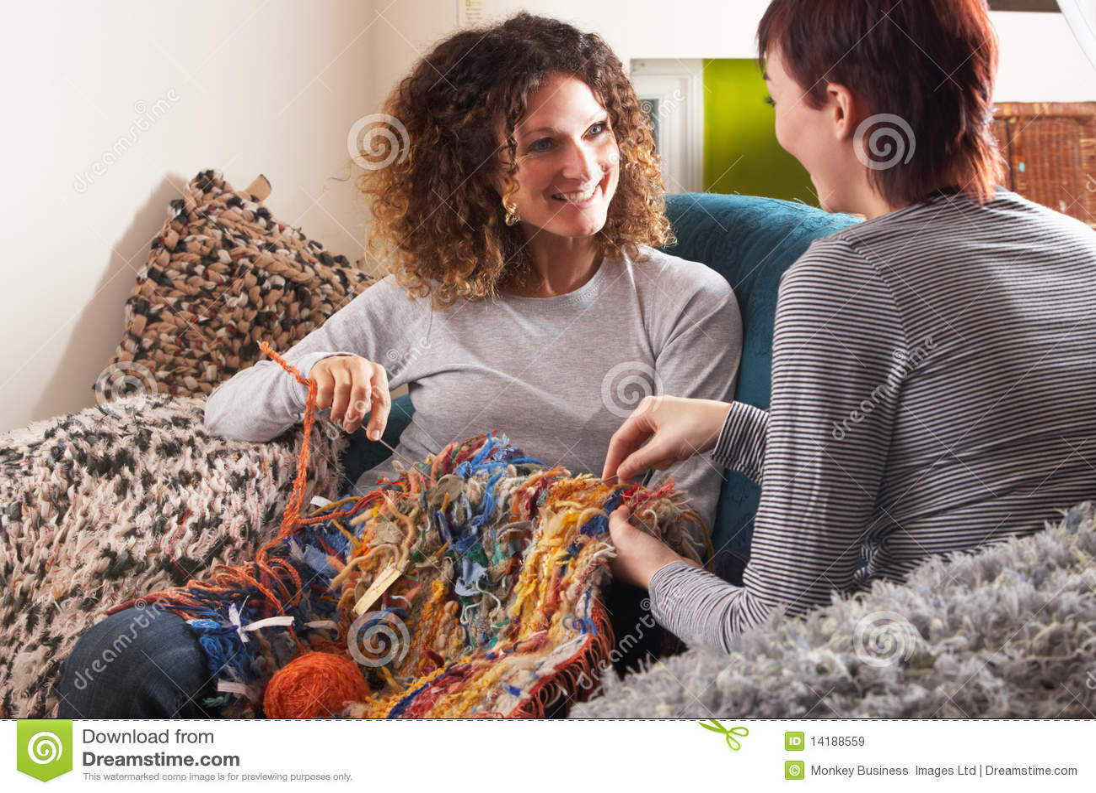 Home handarbete tillsammans två kvinnor